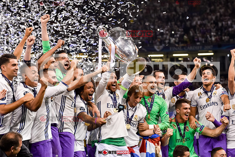 Real Madrid players celebrate the winning of the Champions League during the UEFA Champions League Final match between Real Madrid and Juventus at the National Stadium of Wales, Cardiff, Wales on 3 June 2017. Photo by Giuseppe Maffia.<br /> <br /> Giuseppe Maffia/UK Sports Pics Ltd/Alterphotos /nortephoto.com