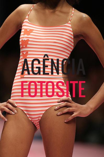 Rio de Janeiro, Brasil – 07/07/2003 - Detalhes do desfile de Salinas durante o Fashion Rio -  verão 2004. Foto: Agência Fotosite