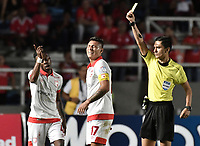 CALI - COLOMBIA-28-02-2019: Carlos Herrera, árbitro, muestra la tarjeta amarilla a Juan Daniel Roa de santa fe durante partido por la fecha 7 de la Liga Águila I 2019 entre América de Cali e Independiente Santa Fe jugado en el estadio Pascual Guerrero de la ciudad de Cali. / Carlos Herrera, referee, shows the yellow card to Juan Daniel Roa of Santa Fe during the match for the date 7 as part of Aguila League I 2019 between America Cali and Independiente Santa Fe played at Pascual Guerrero stadium in Cali. Photo: VizzorImage / Gabriel Aponte / Staff