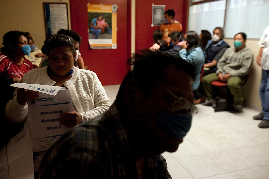 28 april 2009 - Mexico City, Mexico - People wait to be checked in the emergency room of the General Hospital of Iztapalapa.  Most are at the hospital to be checked for Swine FLu like symptoms. Photo credit: Benedicte Desrus / Sipa Press