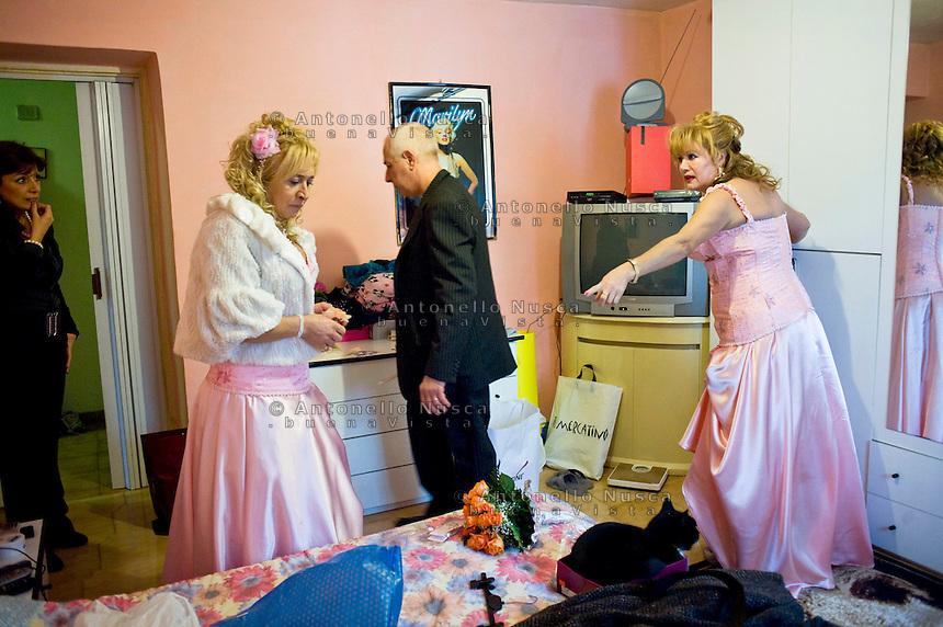 Giuseppe (Bea) della Pelle e Marioara Dadiloveanu discutono prima di uscire dalla loro casa per andare a sposarsi.