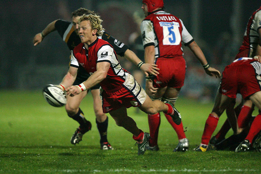 Photo: Rich Eaton...Worcester Warriors v Gloucester Rugby. Guinness Premiership. 13/10/2006. Peter Richards Gloucester scrum half passes