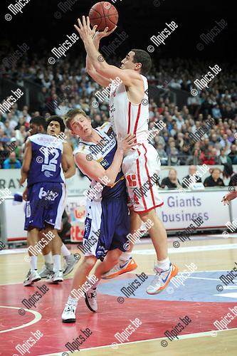 2013-04-06 / Basketbal / seizoen 2012-2013 / Antwerp Giants - Aalstar / Roel Moors (Giants) legt aan boven Derek Raivio..Foto: Mpics.be