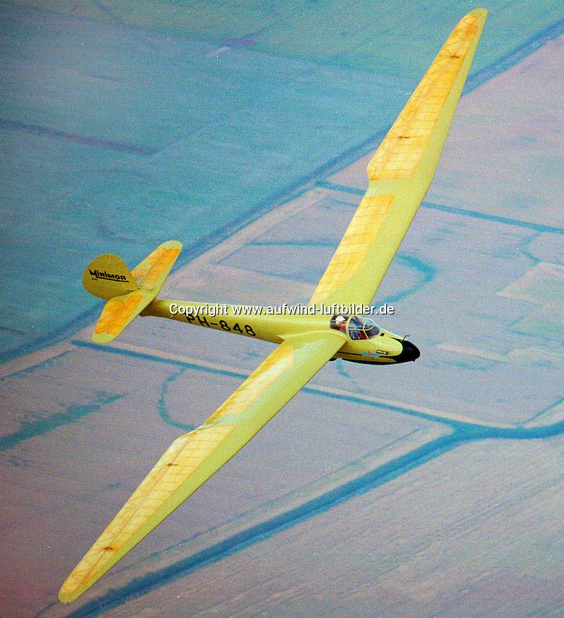 Minimoa : DEUTSCHLAND, SCHLESWIG- HOLSTEIN, 01.08.1999:Die Goeppingen Goe 3 Minimoa war ein Segelflugzeug der 1935 gegruendeten Firma Sportflugzeugbau Goeppingen Martin Schempp. Charakteristisch fuer den freitragenden Mitteldecker ist sein Knickfluegel, der nach dem Knick stark gepfeilt ist. Seine Silhouette wurde spaeter zum Firmenlogo. Der Segelflug-Index betraegt 76...