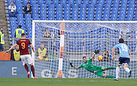 Calcio, Serie A: Roma vs Lazio. Roma, stadio Olimpico, 8 novembre 2015.<br /> Roma's Edin Dzeko, left, scores on a penalty kick during the Italian Serie A football match between Roma and Lazio at Rome's Olympic stadium, 8 November 2015.<br /> UPDATE IMAGES PRESS/Riccardo De Luca