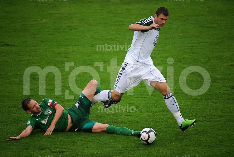 FUSSBALL   DFB Pokal   SAISON 2010/2011   1. HAUPTRUNDE Preussen Muenster - VfL Wolfsburg                15.08.2010 Edin DZEKO (re, Wolfsburg) gegen Stefan KUEHNE (li, Muenster)