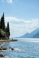 Italy, Veneto, Lake Garda, Malcesine: along lakeside promenade Via Lungolago towards district Val di Sogno | Italien, Venetien, Gardasee, Malcesine: entlang der Via Lungolago (Fussweg am See entlang) zum Ortsteil Val di Sogno