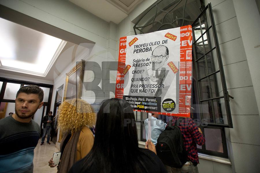 SÃO PAULO, SP, 15.05.2015 - GREVE-SP Professores em greve invadem Salão Nobre da Faculdade de direito da USP durante homenagem em comemoração ao centenário de nascimento do Prof. Emérito Goffredo da Silva Telles Junior na região do central da cidade de São Paulo nessa sexta-feira, 15 ( Foto: Gabriel Soares/ Brazil Photo Press)