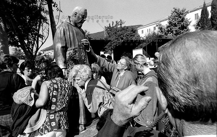 Italia, San Giovanni Rotondo (FG).<br /> La Statua di Padre Pio consumata dalle carezze dei fedeli.<br /> Italy, San Giovanni Rotondo (FG).<br /> The Statue of Padre Pio consumed by the caresses of the faithful.