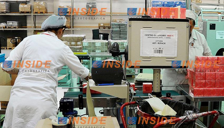 operai fabbrica donne al lavoro<br /> Lodi (Mi) 07/06/2013 <br /> Lodi stabilimento ICR industrie Cosmetiche Riunite <br /> foto Andrea Ninni/Image/Insidefoto