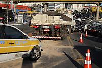 SAO PAULO, SP, 01/07/2014, ACIDENTE IPIRANGA. Uma carreta perdeu a direcao no Viaduto Capitao Pacheco Chaves no bairro do Ipiranga e colidiu contra um onibus e um veiculo, o ajudante do caminhao fraturou as duas pernas e foi socorrido pelos bombeiros. No onibus, cinco pessoas ficaram levemente feridas. O viaduto Cap. Pacheco Chaves esta totalmente interditado no sentido do bairro, ja no sentido do centro uma faixa e ocupada pelo onibus. Luiz  Guarnieri/Brazil Photo Press.