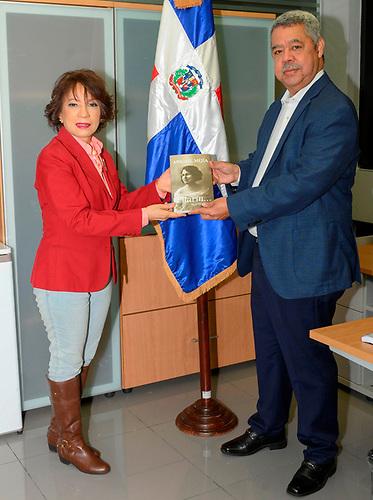 Ylonka Nacidit-Perdomo, la investigadora y editora, con el relacionista del Banco de Reservas, periodista Orión Mejía.