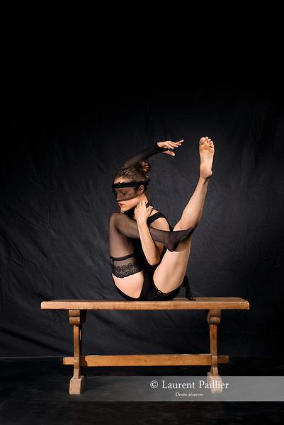 Chorégraphie Jann Gallois<br /> Danse Jann Gallois<br /> Texte(s) Philippe Verrièle<br /> Photos, lumières Laurent Paillier<br /> Scénographie Laurent Paillier, Jann Gallois<br /> Interprétation libre et dansée de l'œuvre de Pierre Molinier<br /> Date : 15/06/2017<br /> Lieu : Le lavoir<br /> Ville : Uzès<br /> coproduction CDC Uzès danse