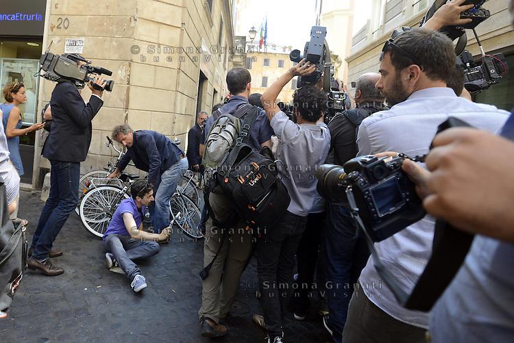 Roma, 28 Luglio 2014<br /> Beppe Grillo arriva in via della Missione per incontrare Deputati e Senatori del Movimento 5 Stelle.<br /> Nella foto ressa fra giornalisti per Grillo con cadute a terra.