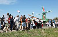 Nederland  Zaanse Schans  2016. Toeristen verdringen elkaar om een foto van de molens te kunnen maken.  Foto Berlinda van Dam / Hollandse Hoogte
