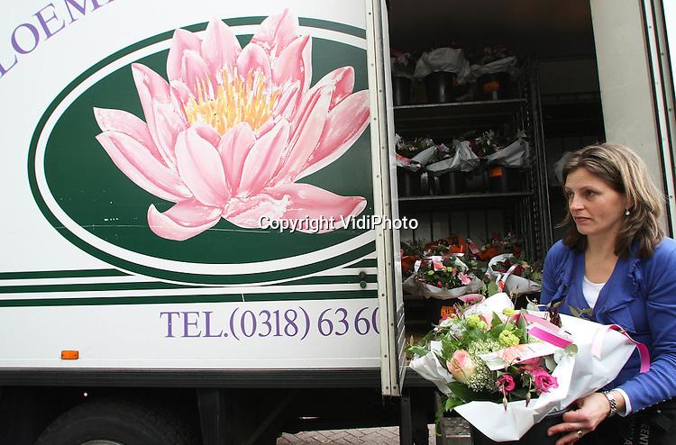 """Foto: VidiPhoto..VEENENDAAL - Topdrukte bij Meent & Bouman in Veenendaal. De bloemist moest donderdag een vrachtwagen met bloemen laten aanrukken om aan alle bestelling voor secretaressedag te kunnen voldoen. Toch neemt de populariteit van secretaressedag af. Volgens eigenaar Peter van de Meent is de economische crisis daarvan de oorzaak. Bovendien maken (te) veel bloemisten de spoeling dun. """"Zeker de helft heeft nauwelijks nog bestaanszekerheid.""""."""