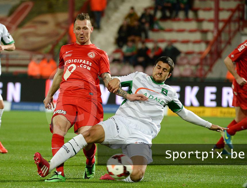 KV Kortrijk - Cercle Brugge : Nuno Reis (r) met de tackle op Teddy Chevalier (l) <br /> foto VDB / BART VANDENBROUCKE