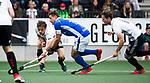 AMSTELVEEN -  Sander de Wijn (Kampong) met Boris Burkhardt (A'dam) en Caspar van Dijk (A'dam)      tijdens  de  eerste finalewedstrijd van de play-offs om de landtitel in het Wagener Stadion, tussen Amsterdam en Kampong (1-1). Kampong wint de shoot outs.   COPYRIGHT KOEN SUYK