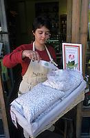 """Europe/France/Midi-Pyrénées/31/Haute-Garonne/Toulouse: Marchande de haricots tarbais """"Label Rouge"""" pour le cassoulet [Non destiné à un usage publicitaire - Not intended for an advertising use]"""