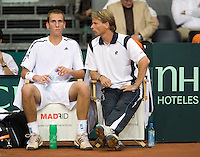 19-9-08, Netherlands, Apeldoorn, Tennis, Daviscup NL-Zuid Korea, Worried faces on the Dutch bench, Thiemo de Bakker is loosing his first match next to him his captain Jan Siemerink
