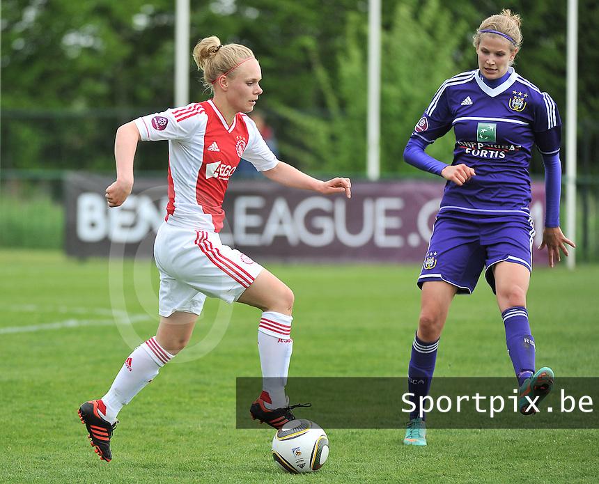 RSC Anderlecht Dames - Ajax Amsterdam : Vesna Veltrop aan de bal voor Justine Vanhaevermaet.foto DAVID CATRY / Nikonpro.be