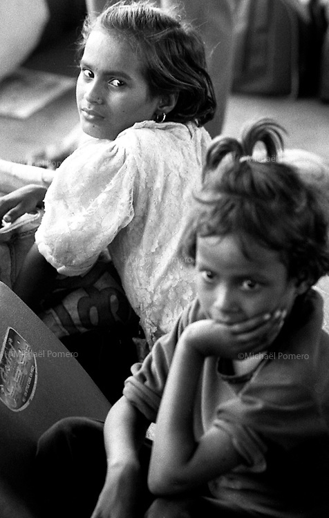 12.2006 Delhi (Haryana)<br /> <br /> Two young girls waiting for the train.<br /> <br /> Deux fillettes en train d'attendre le train.