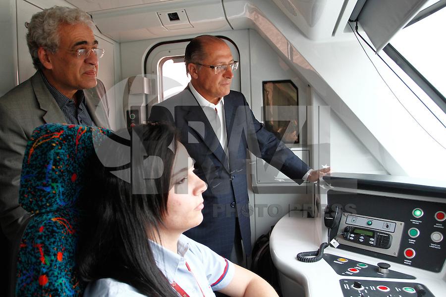 ATENÇÃO EDITOR: FOTO EMBARGADA PARA VEÍCULOS INTERNACIONAIS. SAO PAULO, SP, 19 DE SETEMBRO DE 2012.  ENTREGA DE NOVOS TRENS DA LINHA 8 DA CPTM. O governador De São Paulo, Geraldo Alckmin e o secretario de transportes Jurandir Fernandes durante entrega de novos trens da linha 8 diamante da CPTM. Também foram anunciadas novidades nas tarifas dos trens das linhas 8 e 9 da CPTM  durante Viagem entre as estações Lapa e Osasco na manhã desta quarta feira. ADRIANA SPACA - BRAZIL PHOTO PRESS