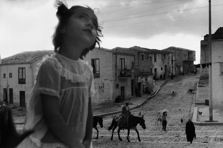 Sergio Larrain<br /> Rue principale de Corleone. Sicile, 1959.<br /> &copy; Sergio Larrain/Magnum Photos<br /> -----<br /> Sergio Larrain<br /> Main street in Corleone. Sicily, 1959.<br /> &copy; Sergio Larrain/Magnum Photos