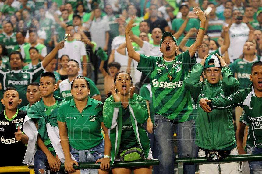 CALI - COLOMBIA -19-03-2017: Hinchas de Deportivo Cali, animan a su equipo, durante partido de la fecha 10 entre Deportivo Cali y America de Cali, por la Liga Aguila I-2017, jugado en el estadio Deportivo Cali (Palmaseca)  de la ciudad de Cali. / Fans of Deportivo Cali, cheer for their team, during a match of the date 10 between Deportivo Cali and America de Cali,  for the Liga Aguila I-2017 at the Deportivo Cali (Palmaseca) stadium in Cali city. Photo: VizzorImage  / Nelson Rios / Cont.