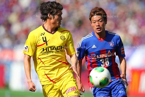 (L-R) Daisuke Suzuki (Reysol), Keigo Higashi (FC Tokyo), MARCH 9, 2013 - Football / Soccer : 2013 J.LEAGUE Division 1 match between FC Tokyo 3-0 Kashiwa Reysol at Ajinomoto Stadium, Tokyo, Japan. (Photo by AFLO SPORT) [1156].