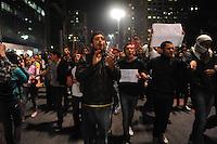 SÃO PAULO, 29.07.2013SP_    SAO PAULO, SP, 30.07.2013 - PROTESTO FORA ALCKMIN - Protesto pedindo a saída do governador de São Paulo, Geraldo Alckmin do cargo, e em apoio a manifestantes do Rio de Janeiro que pedem a saída do governador Sérgio Cabral, na noite desta terça-feira (30). (Foto: Adriano Lima / Brazil Photo Press).