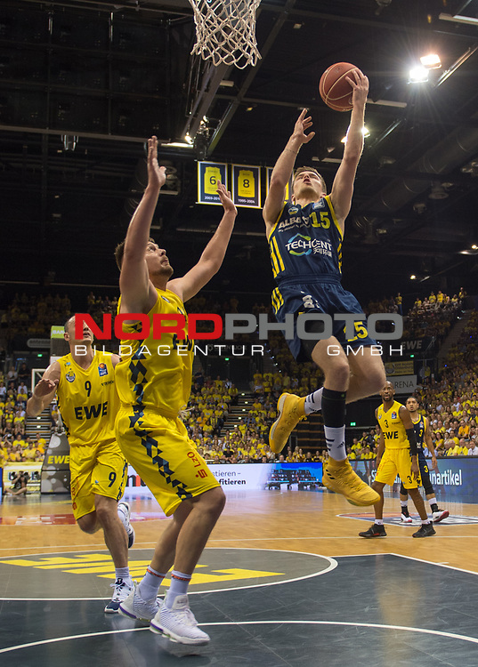 02.06.2019, EWE Arena, Oldenburg, GER, easy Credit-BBL, Playoffs, HF Spiel 1, EWE Baskets Oldenburg vs ALBA Berlin, im Bild<br /> Martin HERMANNSON (ALBA Berlin #15 ) Rashid MAHALBASIC (EWE Baskets Oldenburg #24 )<br /> <br /> Foto © nordphoto / Rojahn