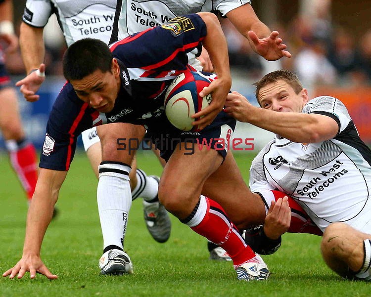 18-08-2007/Exeter Chiefs vs Llanelli Scarlets in a Pre-Season Friendly at Sandy Park. Scarlet's Regan King can almost see the try line..18.08.07.©Steve Pope.Sportingwales.The Manor .Coldra Woods.Newport.South Wales.NP18 1HQ.07798 830089.01633 410450.steve@sportingwales.com.www.fotowales.com.www.sportingwales.com