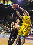 14.04.2018, EWE Arena, Oldenburg, GER, BBL, EWE Baskets Oldenburg vs s.Oliver W&uuml;rzburg, im Bild<br /> ab durch die Mitte...<br /> Maxime DeZEEUW (EWE Baskets Oldenburg #12)<br />  Abdul GADDY (s.Oliver W&uuml;rzburg #3 ),E.J. SINGLER (s.Oliver W&uuml;rzburg #15 )<br /> Foto &copy; nordphoto / Rojahn