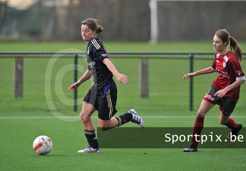 Dames Zulte - Waregem - RSC Anderlecht : Cynthia Browaeys aan de bal voor Tessa Wullaert.foto DAVID CATRY / VROUWENTEAM.BE