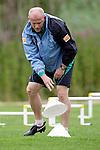 NORDERNEY Trainer Thomas Schaaf bleibt Norderney treu. Nachdem er bereits elfmal mit Fu&szlig;ball-Bundesligist Werder Bremen ins Trainingslager auf die Nordseeinsel gefahren ist, um sein Team auf eine Saison vorzubereiten, will er die Sportpl&auml;tze und die dort gebotene Betreuung auch f&uuml;r seinen neuen Verein, Eintracht Frankfurt, nutzen. Das Trainingslager ist f&uuml;r die Zeit vom 6. bis 12. Juli geplant.<br /> Archiv aus: FBL 08/09 Trainingslager  Werder Bremen - 2008 Norderney - Day 1 - Vormittag<br /> <br /> Huetchensammler Thomas Schaaf ( Bremen GER - Trainer  COACH)<br /> <br /> <br /> Foto &copy; nordphoto <br /> <br /> <br /> <br />  *** Local Caption ***