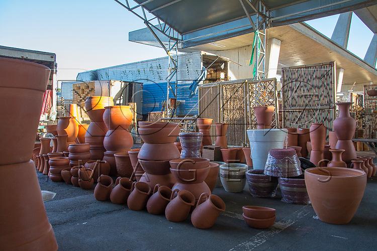 Peças em cerâmica na Feira de flores do Ceagesp, São Paulo - SP, 12/2016.