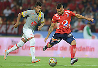 MEDELLÍN -COLOMBIA-12-03-2016. Marlon Piredrahita (Der) de Independiente Medellín disputa el balón con Almir Soto (Izq) de Independiente Santa Fe durante partido por la fecha 9 de la Liga Águila I 2016 jugado en el estadio Atanasio Girardot de la ciudad de Medellín./ Marlon Piredrahita (R) player of Independiente Medellin fights for the ball with Almir Soto (L) Independiente Santa Fe during the date 9 of Aguila League I 2016 played at Atanasio Girardot stadium in Medellin city. Photo: VizzorImage/ León Monsalve /Str