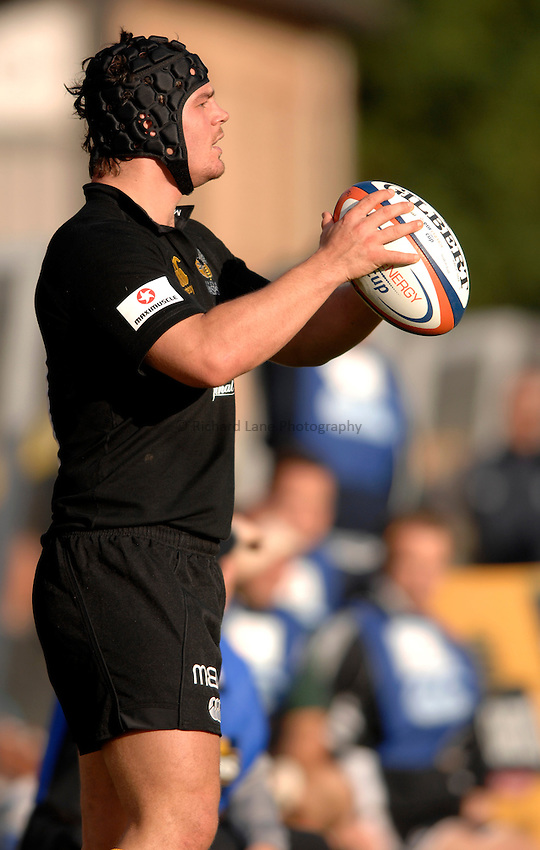 Photo: Richard Lane..London Wasps v London Irish. EDF Anglo-Welsh Cup. 08/10/2006. .Wasps' Jonny Barrett throws in.