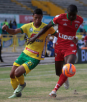 NEIVA  -COLOMBIA, 5-02-2017. Jorge Ramos (Izq.)jugador de  Atlético Huila disputa el balón con Danilo Arboleda (Der.) de Patriotas FC  ,  encuentro  por la fecha 1 de la Liga Aguila I 2017  disputado en el estadio Guillermo Plazas Alcid ./ Jorge Ramos (L) player of Atletico Huila fights the ball against   Danilo Arboleda(R)  of Atletico Huila  and Pariotas FC during match for the date 1 of the Aguila League I 2017 played at Guillermo Plazas Alcid  stadium . Photo:VizzorImage / Sergio Reyes / Contribuidor
