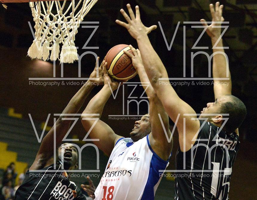 BOGOTÁ -COLOMBIA. 27-09-2013. Cesar Silva (C) de  Guerreros de Bogotá trata de anotar en contra de Jeffery Addai (I) y Fredy Asprilla (D) de Piratas de Bogota durante partido válido por la fecha 19 de la  Liga DirecTV de Baloncesto 2013-II de Colombia realizado en el coliseo El Salitre de Bogotá./ Cesar Silva (C) of Guerreros de Bogotá tries to score against Jeffery Addai (L) and Fredy Asprilla (R) of Piratas de Bogota during match valid for the 19th date of DirecTV Basketball League 2013-II in Colombia at El Salitre coliseum in Bogota. Photo: VizzorImage / Gabriel Aponte/ Str
