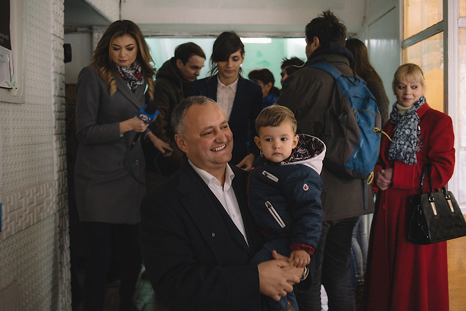 Igor Dodon, chairman of Socialists Party, walking out from the voting station in  Chisinau, Republic of Moldova.  / Präsidentenwahl in der Republik Moldau am 30.10.2016 in Chisinau
