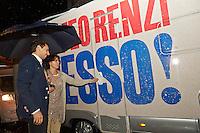 PESCARA (PE) 01/10/2012 - MATTEO RENZI CANDIDATO ALLE PRIMARIE DEL PD ARRIVA CON IL SUO CAMPER A PESCARA. NELLA FOTO L'ARRIVO DEL CAMPER DI MATTEO RENZI (PD) . FOTO DILORETO ADAMO