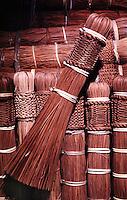 Vassoura artesanal produzida por Índios Werekena no alto rio Xié, com fibras de piaçaba(Leopoldínia píassaba Wall). A fibra , um dos principais produtos geradores de renda na região é coletada de forma rudimentar. Até hoje é utilizada na fabricação de cordas para embarcações, chapéus, artesanato e principalmente vassouras, que são vendidas em várias regiões do país.<br />Alto rio Xié, fronteira do Brasil com a Venezuela a cerca de 1.000Km oeste de Manaus.<br />06/06/2002.<br />Foto: Paulo Santos/Interfoto Expedição Werekena do Xié<br /> <br /> Os índios Baré e Werekena (ou Warekena) vivem principalmente ao longo do Rio Xié e alto curso do Rio Negro, para onde grande parte deles migrou compulsoriamente em razão do contato com os não-índios, cuja história foi marcada pela violência e a exploração do trabalho extrativista. Oriundos da família lingüística aruak, hoje falam uma língua franca, o nheengatu, difundida pelos carmelitas no período colonial. Integram a área cultural conhecida como Noroeste Amazônico. (ISA)