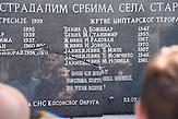 Wahscheinlich durch albaniche Extremisten besch&auml;digte Gedenktafel, die an ermordete Serben im Zug der  Vertreibung  erinnert. /  durch Serbische Reisegruppe in serbischen Enklaven im Kosovo, mitorganisiert von Branka Krneta, einer25-j&auml;hrigen Serbin. Sie fahren an historisch serbisch dominierte Orte. Die Teilnehmer stehen meist der nationalistischen Organisation Kosmet nahe und sehen Kosovo als Teil Serbiens. / damaged plaque on the wall with the   5 names of the 1999 bombarding of serbia victims, and 14 names of villagers massacred during the harvest in july of 1999<br /> it is belived that albanian extremist damaged the plaque out of disrespect towards those victims<br /> in the place of STARO GRACKO