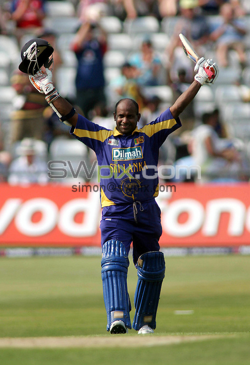 PICTURE BY VAUGHN RIDLEY/SWPIX.COM -  Cricket - Natwest Series - England v Sri Lanka - Headingley, Leeds, England - 01/07/06...? Simon Wilkinson - 07811 267706...Sri Lanka's Sanath Jaysuriya accepts applause for his century.