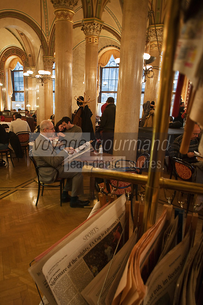 Europe/Autriche/Niederösterreich/Vienne : Café traditionnel viennois:  Le Café Central, Palais Ferstel, Herrengasse- les journaux à disposition des consommateurs