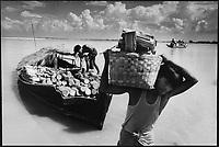 Asie/Birmanie/Myanmar/Haute Birmanie/Mingun: Le port sur l'Irrawaddy, hommes déchargeant du bois