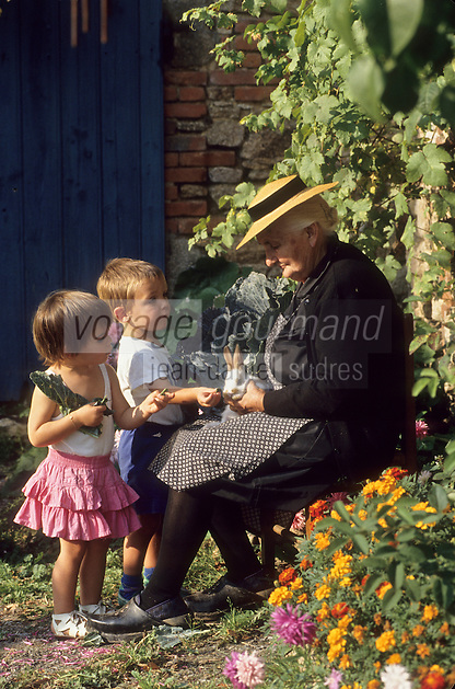 Europe/France/Limousin/23/Creuse: Grand mère et enfants - paysanne creusoise Auto N: C35 C36 C37 C38 C39 C40<br /> PHOTO D'ARCHIVES // ARCHIVAL IMAGES<br /> FRANCE 1980
