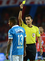 MEDELLÍN -COLOMBIA-08-07-2017: Nicolas Gallo, árbitro, muestra la tarjeta amarilla a Harold Santiago Mosquera de Millonarios durante el partido entre Independiente Medellín y Millonarios por los fecha 1 de la Liga Águila II 2017 jugado en el estadio Atanasio Girardot de la ciudad de Medellín. / Nicolas Gallo, referee, shows the yellow card to Harold Santiago Mosquera of Millonarios during the match between Independiente Medellin and Millonarios for the date 1 of the Aguila League II 2017 played at Atanasio Girardot stadium in Medellin city. Photo: VizzorImage/ León Monsalve / Cont
